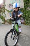 """Das Fahrrad passt, rundherum ist viel Platz, und der Helm sitzt auch gut: Ideale Bedingungen für die ersten Padalumdrehungen """"ganz alleine""""!"""