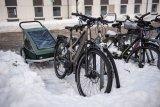 Infrastruktur zählt: Im Winter sollte der Schnee auch um die Radparker herum geräumt werden.