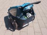 In einem geräumigen Kofferraum des Anhängers finden Helme, Fahrradschloss oder auch Taschen mit Proviant während eines Stadtbummels locker Platz.