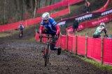 Erfahrene Cyclocross-Fahrer bauen Übungen zum schnellen Auf- und Abspringen vom Rad in ihr Training mit ein.