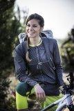 Trikots mit einem hohen Anteil aus Merino-Wolle tragen sich sehr angenehm. Elastizität und Windschutz auf der Vorderseite sind bei diesem Damenmodell von Vaude weitere Pluspunkte.