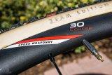 Die fehlende Bremsflanke verrät, dass dieser Querfeldein-Laufradsatz mit Scheibenbremsen gefahren wird.