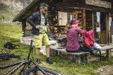 Pausen sind auf der Radtour auch immer die Gelegenheit, die Kleidung den aktuellen Bedingungen anzupassen. Gut, wenn sich die Kleidungsstücke klein zusammendrücken lassen.