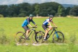 Spaß zu zweit - auch mit unterschiedlichen Rädern garantiert, wenn man nicht um die Wette kurbelt.