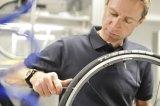 Schlauchlose Tubeless-Reifen, mit Dichtmilch befüllt, sind extrem pannensicher. Kein Schlauch kann platzen, und die Milch verschließt auch große Löcher.
