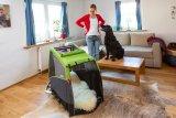 """Ein neues Möbel. Mit meiner Kuscheldecke. Was hat Frauchen vor? (Hundeanhänger Dog XL von Croozer, hier die """"Fahrgastzelle"""", zum Eingewöhnen des Hundes)"""