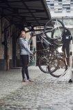 """Platzsparend unterbringen kann man Fahrräder zum Beispiel mit dem """"Velow Up"""", den WSM in Deutschland vertreibt. Hier hängt man das Vorderrad in einen haken und eine Gasdruckkartusche befördert es in die Vertikale."""
