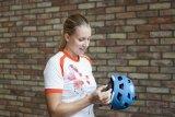 Helm-Einstellung Schritt für Schritt: Erst einmal stellt man den Kopfring auf das ungefähre Maß ein.