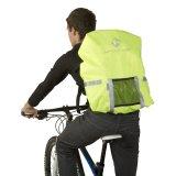 """Neongelb sorgt für Aufmerksamkeit am Tage, Reflexstreifen für Gesehenwerden bei Nacht: vorbildliche passive Sicherheit an einem Regenüberzug. Das Modell """"Maastricht Protect"""" von M-Wave passt auf Rucksäcke bis 25 Liter."""
