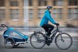 Urbane Familienmobilität heute: ein belastbares Fahrrad mit E-Unterstützung, ein leicht koppelbarer Anhänger, witterungsangepasste Kleidung. Here we go!