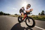Eine ausgefeilte Aerodynamik mit Carbonrahmen und Hochprofilfelgen, dazu eine starke Sitzüberhöhung und Armauflagen am Lenker - das sind die Zutaten für Zeitfahr- und Triathlon-Räder.