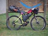 Vollgepackt ins Abenteuer: Ein mit Taschen beladenes Rennrad zieht überraschte Blicke auf sich.