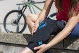 """Hersteller 7 Protection bietet mit dem """"Sam Hill Knee"""" einen besonders komfortablen Knieschützer an. Der spezielle Kunststoff passt sich unter dem Einfluss der Körperwärme dem Knie an und schützt auch die seitlichen Partien."""