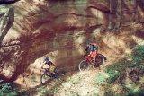 8. Vornweg zu fahren und den Trail im Laub zu suchen ist spannend. Die Anstrengung vom Klettern ist schon wieder vergessen und der Spaß auf dem Rad kommt auf diesen Trails entlang der Sandsteinfelsen ganz von alleine.