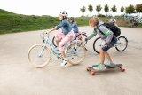 Kinder lieben es, ihren Bewegungsradius zu erweitern. Balance- und Geschwindigkeitserlebnis motovieren stets aufs Neue. Ein passender Helm ist allerdings immer zu empfehlen.