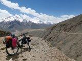 Abfahrt ins Wakhan-Valley in Tadschikistan: Die hohen Berge am Horizont liegen bereits auf afghanischem Boden.