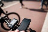 Zur besseren Navigation lassen sich Smartphones mit einem sicheren Halter direkt am Lenker befestigen.