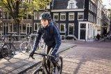 """Wetterschutz und Wärme, das soll ein Radhandschuh für die kühleren Jahreszeiten bieten. Das Vaude-Modell """"Chronos Glove II"""" aus Neopren hat eine eng anliegende Stulpe gegen Zugluft und ist gleichzeitig atmungsaktiv - in der Übergangszeit besonders angenehm."""