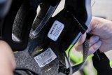 Unbenutzbar gewordene Fahrradhelme gehören in den Hausmüll oder auf den Recyclinghof. Batterien oder Akkus für eventuell integrierte Rückleuchten sind natürlich Sondermüll.