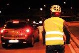 Mit Reflexweste und Helm in Signalfarbe samt integriertem Rücklicht ist dieser Radfahrer rundum bestens sichtbar. Besonders im Berufsverkehr sollte dieses Beispiel Schule machen.