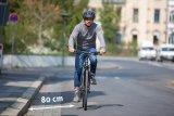 Das Rechtsfahrgebot für Radfahrer bedeutet nicht, dass sich der Radler ganz nach rechts an den Rand quetschen muss. Generell gelten 80 cm Abstand zum Straßenrand als guter Wert. Besondere Bedingung wie enge Fahrbahnen oder große Gullideckel erfordern allerdings angemessene Anpassungen.
