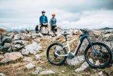 Mountainbiken kann durchaus kommunikativ sein. Fahren tut man sein Rad zwar allein, aber in den Pausen...