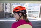 """Mit einer bequemen Öffnung im Heck ist der Helm """"Storm Chaser"""" von Abus ausgestattet: ideal für Pferdeschwanzträger(innen)."""