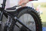 Eine kräftige Bürste holt auch aus dem Reifenprofil den Schmutz heraus.