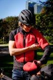 """Vorne warm wattiert und windabweisen, hinten atmungsaktiv und dehnbar: Das """"Men`s Pro Insulation ZO Jacket"""" von Vaude ist für die kühlere Jahreszeit gedacht. Es lässt sich schnell in eine Weste verwandeln, wenn die Sonne mal lacht."""