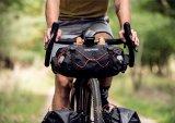 Bikepacking-Taschen sind gut komprimierbar und wackelfrei anzubringen. Dann lässt sich in einer Lenkertasche einiges an Gewicht unterbringen, ohne dass das Fahrverhalten leidet.