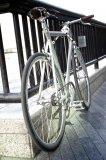 Einfach mal schnell das Vorderrad mitnehmen ist hier nicht möglich - das Faltschloss hat alles im Griff.