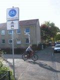 Die Beschilderung ist eindeutig: Dies ist eine Fahrradstraße, Motorräder und Autos dürfen sie aber ebenfalls benutzen.