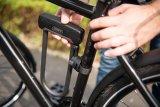 Bügelschlösser transportiert man am besten im Rahmendreieck des Fahrrads. Dort stören sie kaum und ihr Gewicht bleibt im Zentrum des Fahrer/Rad-Systems. Allerdings geht diese Position auf Kosten (mindestens) eines Flaschenhalters.