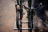 Schluss mit der Felgenzange: Stadtmöblierer WSM produziert Fahrradabstellanlagen mit viel Platz und hohen, kunststoffummantelten Anlehnbügeln.