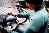 """Wer mit dem E-Mountainbike auf längere Tour geht, hat gern einen zweiten Akku dabei. Speziell dafür bietet Vaude das Rucksack-Modell """"eBracket 28"""" an: Extrafach für Akku plus Ladegerät, angepasster Schnitt, viel Bewegungsfreiheit."""