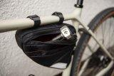 Eine passende und nach Bedarf am Rad fixierbare Tasche für das Schloss hat vor allem für sportliche Räder viele Vorteile.