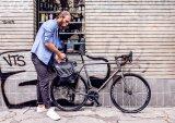 Eine gute Einkaufstasche für das Fahrrad lässt sich schnell abnehmen und wieder einhängen. Und für die Zeit dazwischen sollte sie über einen bequemen Tragegurt verfügen.