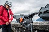 Mit dem Mountainbike auf Reisen? Wer nur ein paar Tage unterwegs ist, muss nicht einmal einen Gepäckträger montieren. Mit den richtigen Taschen geht es auch so.