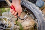 Mit einer Handpumpe kann nach einem Defekt unterwegs der Reifen schnell wieder aufgepumpt werden.