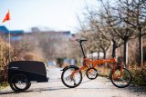Bei Zugfahrrädern mit kleinen Laufrädern machen kürzere Deichseln das Gespann manovrierfähiger. Hersteller Croozer bietet ein entsprechendes Zubehörteil an.