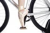 """Rutschhemmendes Griptape auf einem Plattformpedal macht (fast) jeden Schuh zum Fahrradschuh - dachte sich der Berliner Hersteller Moto bei der Entwicklung seines """"Moto Reflex Pedals""""."""