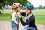 Auf sicheren Sitz zu achten, ist beim Kinderhelm Sache der Eltern. Die Gurte müssen straff sein, der Helm darf nicht aus der Stirn nach oben geschoben werden.
