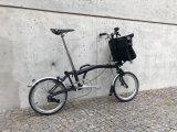 Hersteller Fahrer Berlin bietet einen Rucksack speziell für Faltradfahrer an, der perfekt für die Fronthalterung am Brompton-Faltrad geschnitten ist. Dafür lässt sich das Tragesystem schnell verstauen. So bleiben beim Falten und Tragen die Hände frei, beim Fahren dagegen der Rücken.