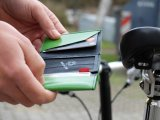 """Passt in jede Tasche, ist unempfindlich gegen Feuchtigkeit, schick und nachhaltig: die Geldbörse """"Patte"""" von Fahrer Berlin, hergestellt aus recycelter Lkw-Plane oder Boots-Persenning und Schlauchstücken."""