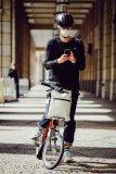Ein Mund-Nasen-Schutz lässt sich auch mit Fahrradhelm gut tragen.