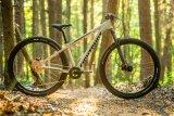 Man sieht es höchstens am noch sehr niedrig gestellten Lenker: Dieses Mountainbike ist für die Jugend gedacht.