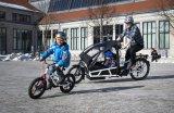 """Toller Transporter: ein vollgefedertes Lastenrad mit elektrischer Antriebsunterstützung. Hier ein Modell der Serie """"Load"""" des Darmstädter Herstellers Riese und Müller;  mit Bosch-Mittelmotor und Kindertransporteinrichtung. Wenn der Nachwuchs dann selbst fährt, kann er es auf einem """"Space Shuttle"""" der Marke Royal Baby tun: Das hat sogar Scheibenbremsen."""