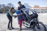 """Ersetzt so manches Auto: ein vollgefedertes Lastenrad mit elektrischer Antriebsunterstützung. Hier ein Modell der Serie """"Load 75"""" des Darmstädter Herstellers Riese und Müller; ausgestattet mit einem Bosch-Mittelmotor und Zusatzkomponenten zum Kindertransport."""