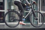 """So kann ein edles Trekkingrad 2018 aussehen: Zentralgetriebe an der Kurbel, Riemenantrieb, hydraulische Scheibenbremsen und eine Dynamolichtanlage mit dem Rücklicht im Gepäckträger. (Modell """"P18 light"""" von Stevens)"""