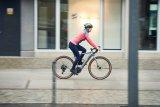 """Gravelbikes, also Rennräder für die Straße wie fürs Gelände, sind nach wie vor ein großes Thema, jetzt auch mit E-Unterstützung. Hersteller Cannondale stattet sein """"Synapse Neo SE"""" mit einem Bosch-Mittelmotor aus und verspricht ein besonders widerstandsfreies Mitlaufen des Antriebs, wenn dieser sich oberhalb der 25 km/h abschaltet."""